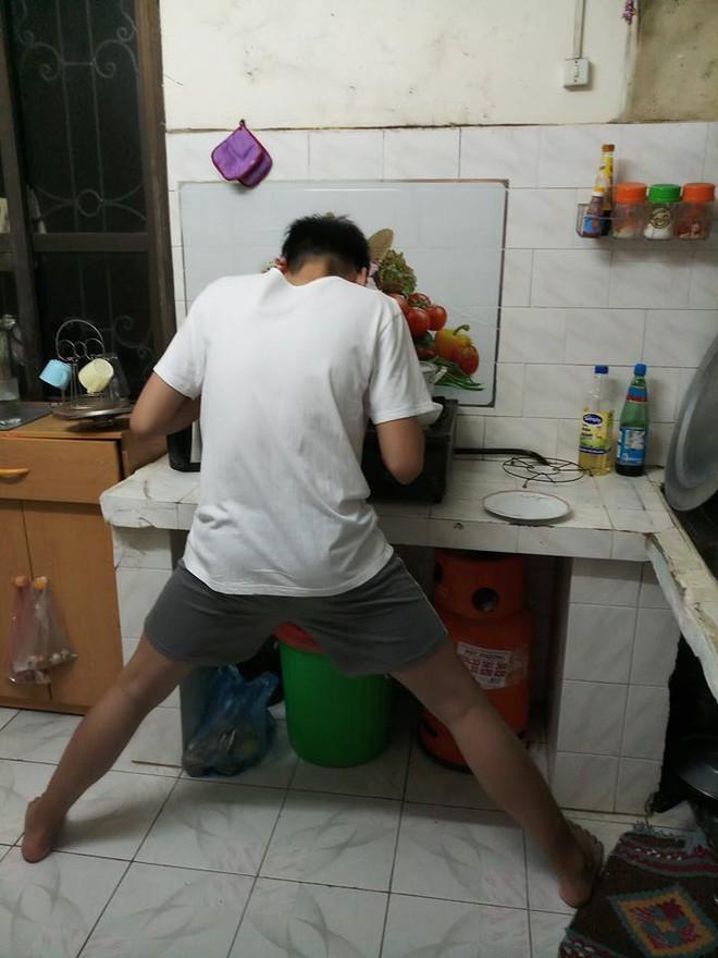 Nỗi khổ của chàng trai cao 1m82: Xoạc chân hết cỡ mới đứng vừa kệ bếp, mẹ chỉ ước con lùn đi 10cm - Ảnh 1.