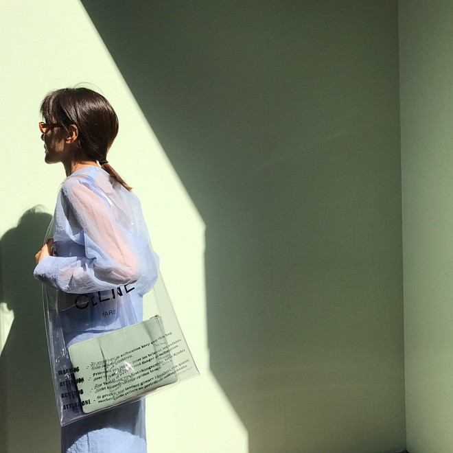 Trông hệt như túi nilon đi chợ nhưng túi nhựa trong có giá hơn 20 triệu của Celine đang được các tín đồ thời trang thích điên cuồng - Ảnh 12.