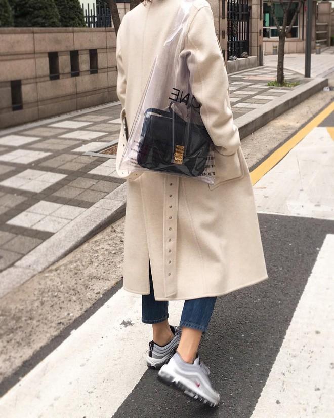 Trông hệt như túi nilon đi chợ nhưng túi nhựa trong có giá hơn 20 triệu của Celine đang được các tín đồ thời trang thích điên cuồng - Ảnh 16.
