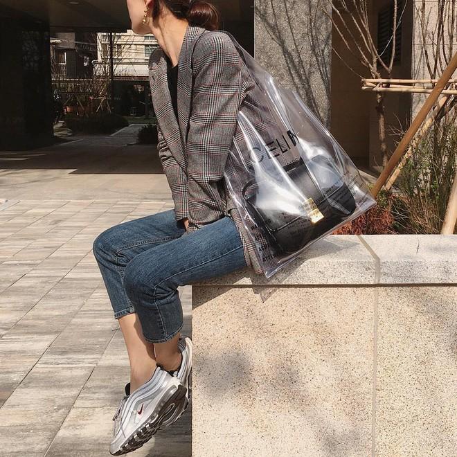 Trông hệt như túi nilon đi chợ nhưng túi nhựa trong có giá hơn 20 triệu của Celine đang được các tín đồ thời trang thích điên cuồng - Ảnh 19.