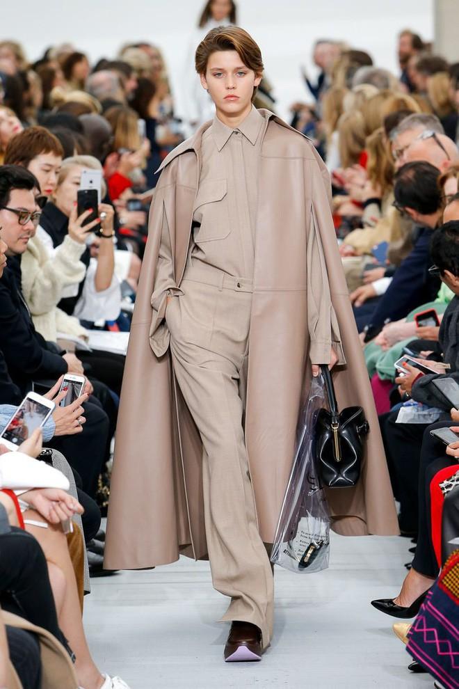 Trông hệt như túi nilon đi chợ nhưng túi nhựa trong có giá hơn 20 triệu của Celine đang được các tín đồ thời trang thích điên cuồng - Ảnh 6.