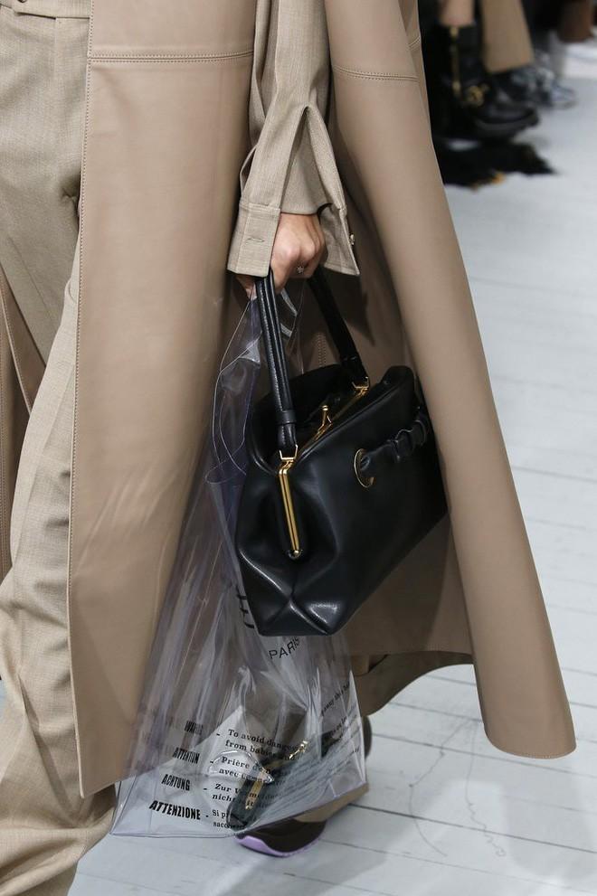 Trông hệt như túi nilon đi chợ nhưng túi nhựa trong có giá hơn 20 triệu của Celine đang được các tín đồ thời trang thích điên cuồng - Ảnh 7.