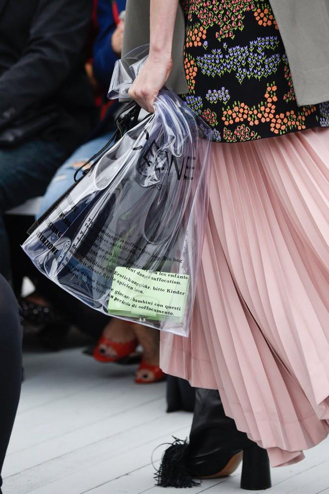 Trông hệt như túi nilon đi chợ nhưng túi nhựa trong có giá hơn 20 triệu của Celine đang được các tín đồ thời trang thích điên cuồng - Ảnh 8.