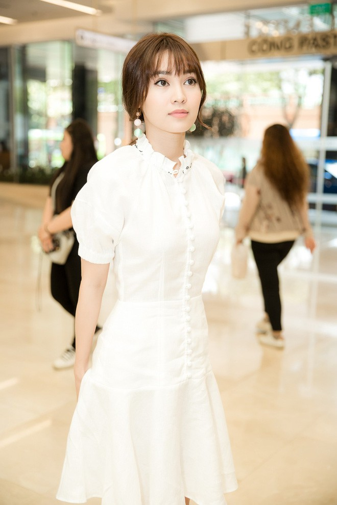 Thời đại của gái ngoan đã đến? 1 chiếc đầm trắng kín như bưng mà có đến 6 nàng chen nhau mặc! - Ảnh 2.
