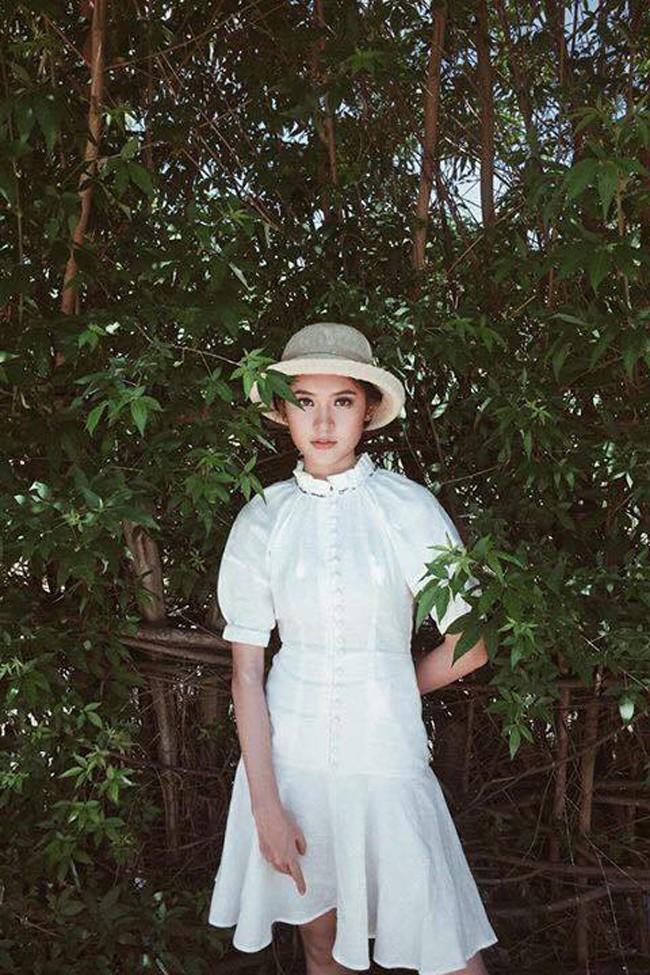 Thời đại của gái ngoan đã đến? 1 chiếc đầm trắng kín như bưng mà có đến 6 nàng chen nhau mặc! - Ảnh 8.
