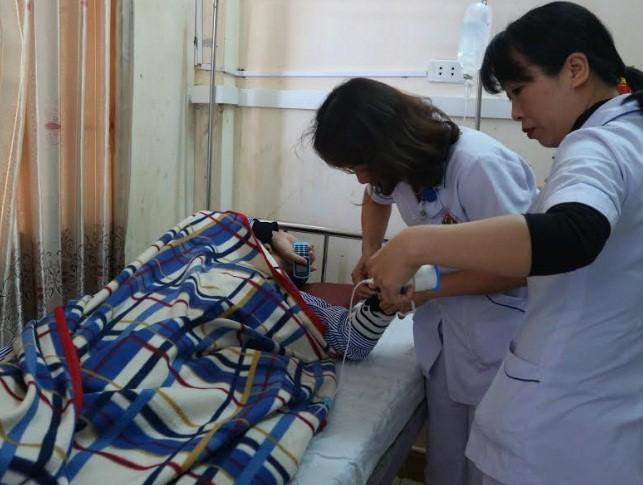 Chưa đầy 1 tháng đã có 3 vụ hành hung nhân viên y tế khiến dư luận dậy sóng - Ảnh 4.