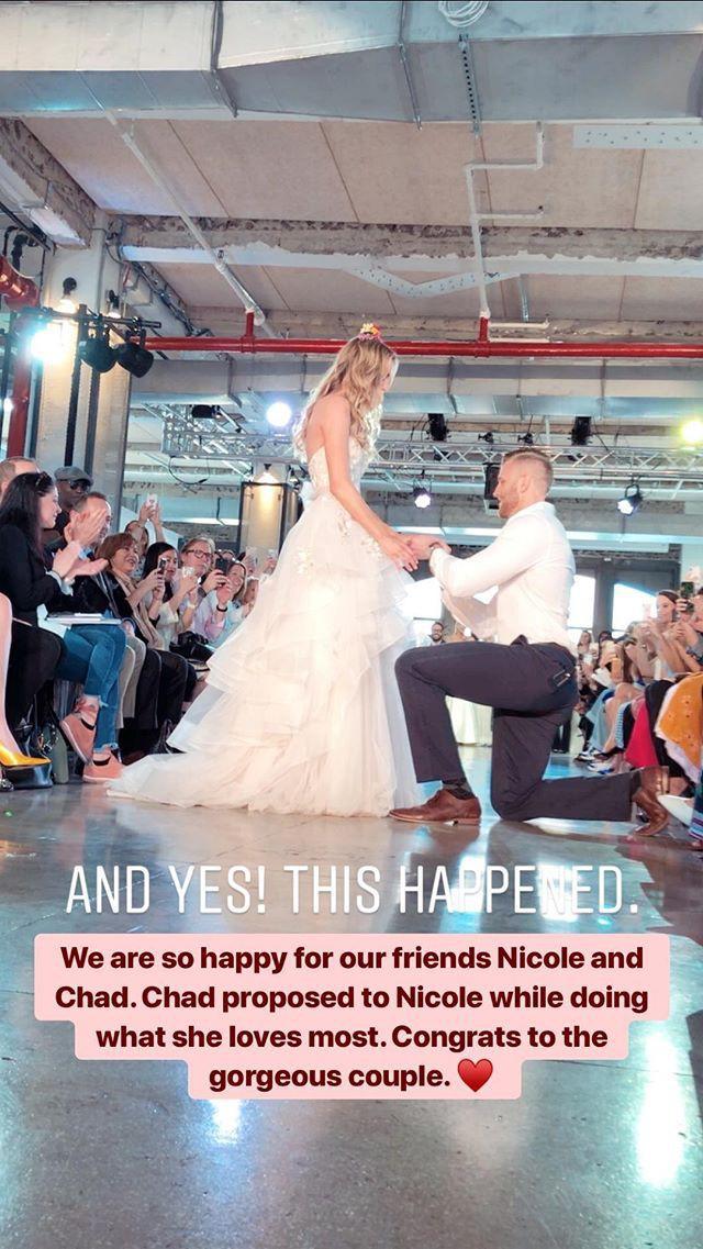 Chưa từng xảy ra: Người mẫu được cầu hôn khi đang trình diễn váy cưới - Ảnh 4.