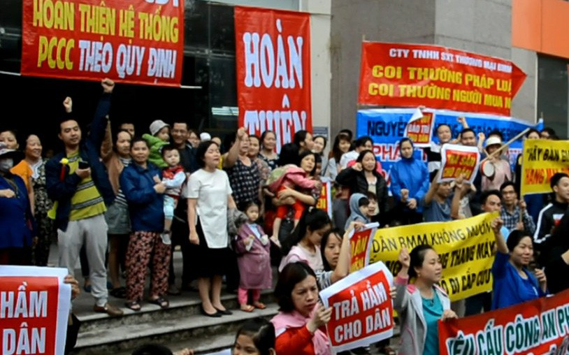 Hà Nội: Dân chung cư bế trẻ nhỏ giăng băng-rôn tố chủ đầu tư chiếm dụng sân chơi, không đảm bảo an toàn PCCC