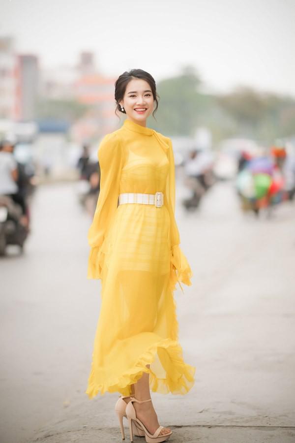Vẫn chọn kiểu hở lưng, nhưng nhan sắc của Nhã Phương có phần giảm sút vì chiếc váy tông tím nhạt này  - Ảnh 5.