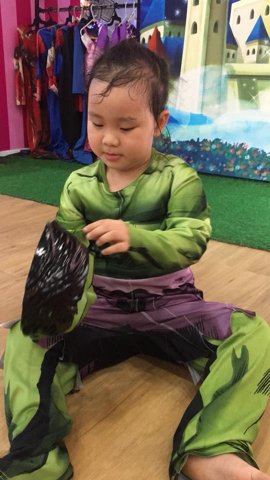 Mặc cho mẹ gợi ý trang phục đầm công chúa, bé gái này vẫn nằn nặc đòi hóa trang thành người khổng lồ xanh khiến dân mạng cười nghiêng ngả - Ảnh 4.