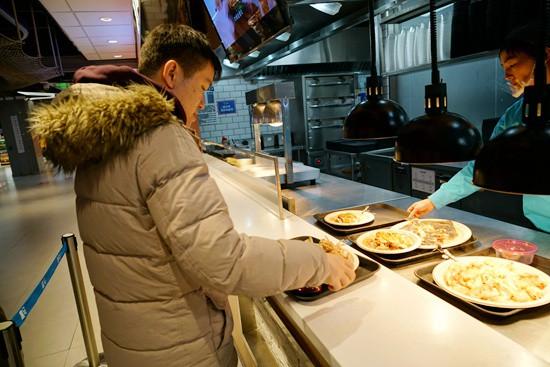 Khinh bạn trai đi ăn mà lại xin nilon gói đồ thừa mang về, cô gái trẻ bị mắng cho xấu hổ - Ảnh 2.