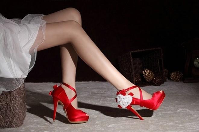 Sự thật chấn động phía sau đôi giày đỏ bí ẩn mà vợ tôi chỉ đi duy nhất một lần mỗi năm - Ảnh 1.