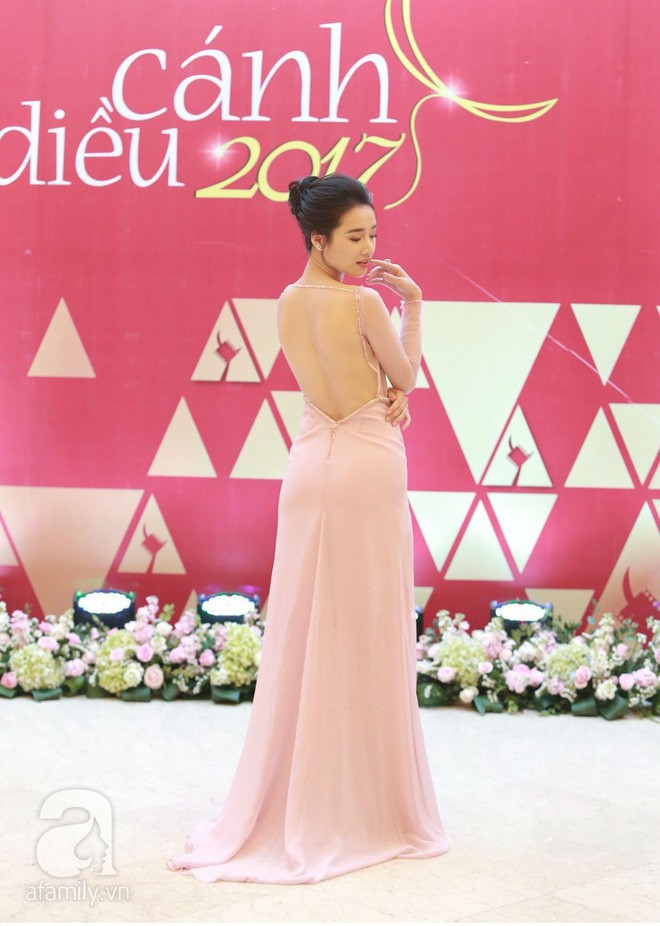 Vẫn chọn kiểu hở lưng, nhưng nhan sắc của Nhã Phương có phần giảm sút vì chiếc váy tông tím nhạt này  - Ảnh 2.