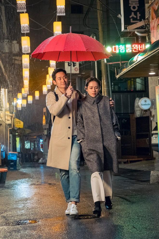 Xem 2 phim siêu hot chị Đẹp Son Ye Jin đang đóng, để ý thấy chiếc ô màu đỏ chính là bùa may mắn của chị rồi - Ảnh 2.