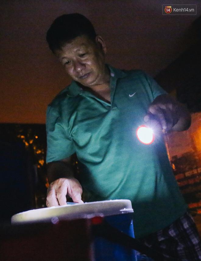 Cuộc sống u tối, lạnh lẽo của những cư dân bám trụ chung cư Carina sau vụ cháy 13 người chết - Ảnh 4.