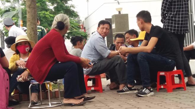 Người cha lặng lẽ, không nói nên lời bên quan tài con gái bị đột tử tại Nhật Bản đã được đưa về đến Việt Nam - ảnh 1