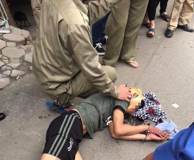 Hà Nội: Người đi đường hoảng sợ chứng kiến nam thanh niên cầm búa tự đập vào đầu - ảnh 1