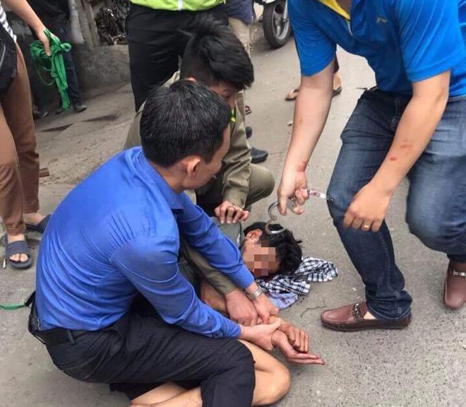 Hà Nội: Người đi đường hoảng sợ chứng kiến nam thanh niên cầm búa tự đập vào đầu - ảnh 3