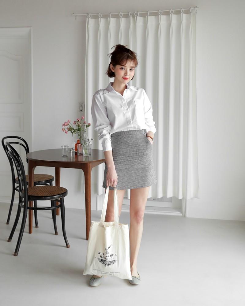 Sơmi trắng đơn giản là vậy, nhưng có tới tận 15 cách kết hợp giúp bạn mặc cả tuần không chán - Ảnh 1.