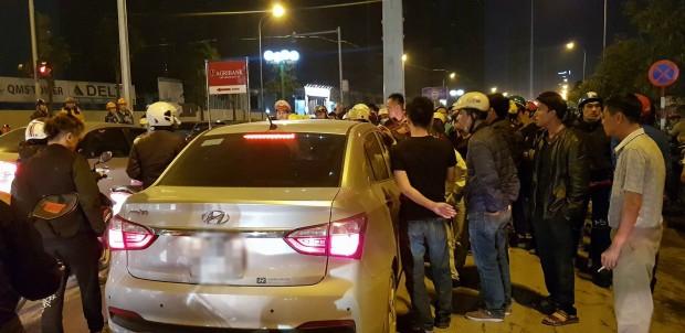 Bị hàng trăm người vây kín ô tô, tài xế cố thủ trong xe sau khi hành hung cặp vợ chồng chảy máu - ảnh 1