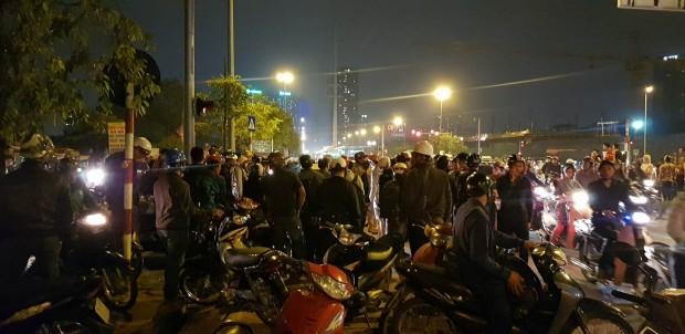 Bị hàng trăm người vây kín ô tô, tài xế cố thủ trong xe sau khi hành hung cặp vợ chồng chảy máu - ảnh 2