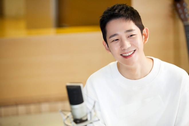 Trai trẻ Jung Hae In chuẩn bị khoe giọng trong nhạc phim Chị đẹp mua cơm ngon cho tôi - Ảnh 2.