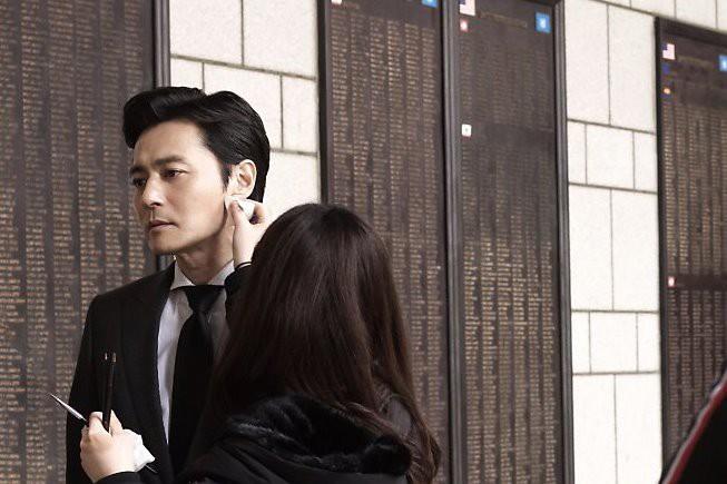 Choáng với ảnh hậu trường của tài tử Jang Dong Gun: Có ai da nhăn nheo nhưng vẫn đẹp cực phẩm như thế này? - ảnh 1