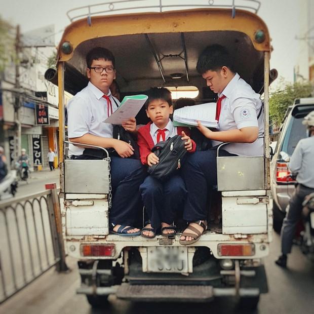 Bức ảnh chụp 3 cậu học sinh tranh thủ học vội đầy căng thẳng trên đường đến trường khiến ai cũng phải suy nghĩ - ảnh 1