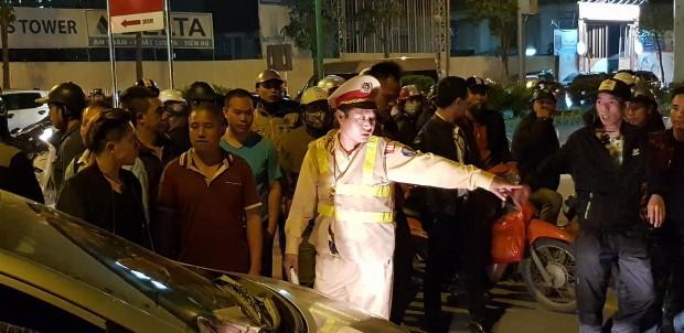 Bị hàng trăm người vây kín ô tô, tài xế cố thủ trong xe sau khi hành hung cặp vợ chồng chảy máu - ảnh 4