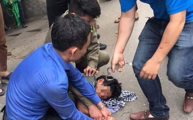 Hà Nội: Người đi đường hoảng sợ chứng kiến nam thanh niên cầm búa tự đập vào đầu