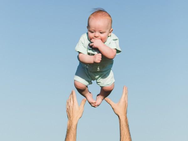 Hai tâm trạng - một khung hình: Bố thích thú ném con lên cao, mẹ tái mặt vì lo lắng - Ảnh 2.