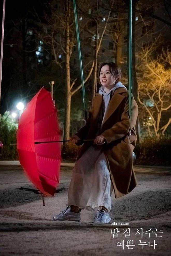 U40 mà Chị Đẹp vẫn bắt trend lắm, đã đi là đi đôi sneaker hot nhất nhì Hàn Quốc bây giờ - Ảnh 4.