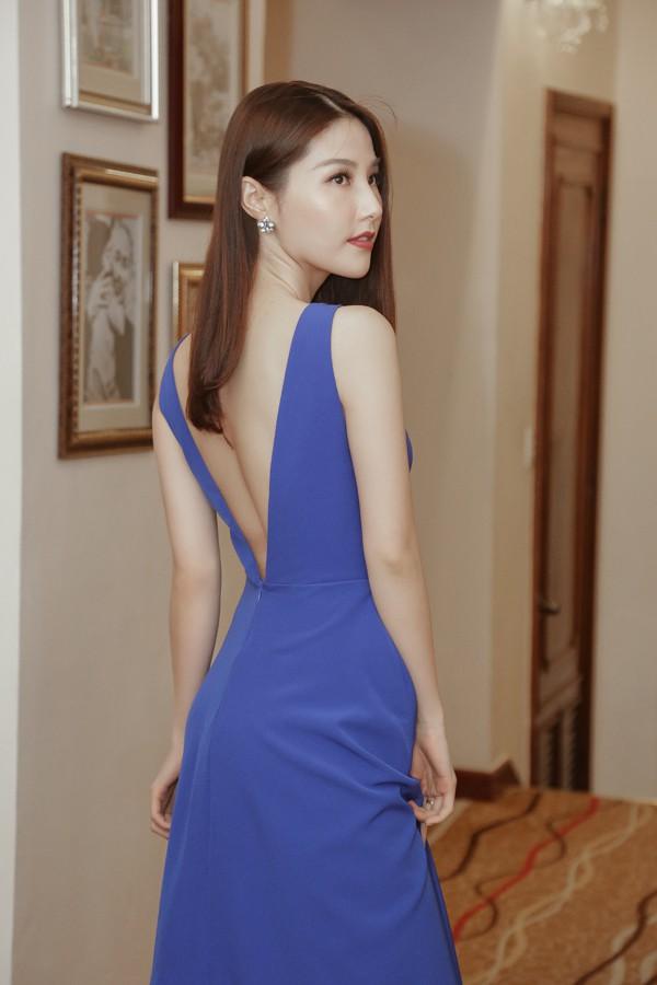 Diễm My 9X khoe ngực đầy gợi cảm, Phương Trinh Jolie cá tính với menswear - Ảnh 1.