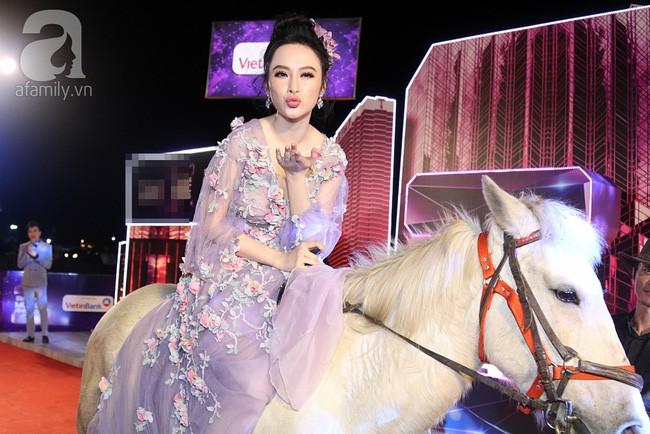 Màn đội mũ lông chưa là gì, Angela Phương Trinh đã từng cưỡi ngựa, bế thú cưng nổi nhất thảm đỏ cơ! - Ảnh 7.