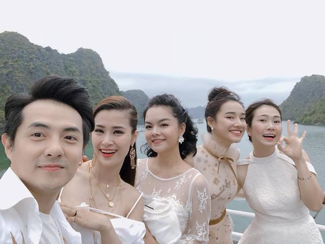 Nhã Phương, Đông Nhi, Phạm Hương cùng dàn sao khoe sắc tại show diễn giữa Vịnh Hạ Long của NTK Lê Thanh Hòa - Ảnh 12.