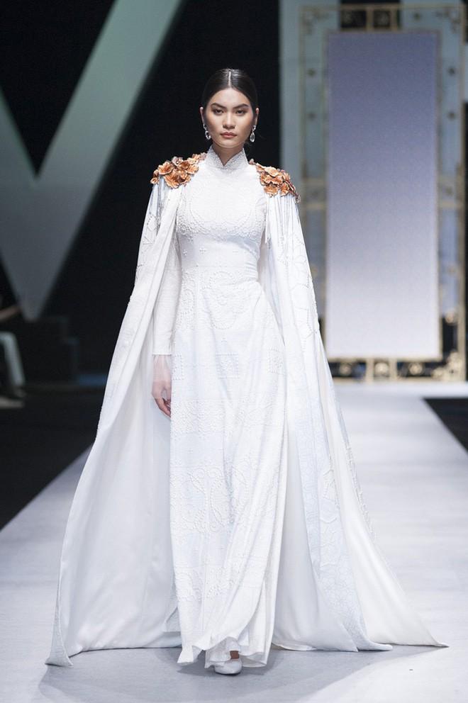 VIFW 2018 ngày 3: Bữa tiệc thời trang ngũ vị hội tụ từ áo dài cho đến váy vóc bay bổng và những thiết kế vương giả - Ảnh 15.