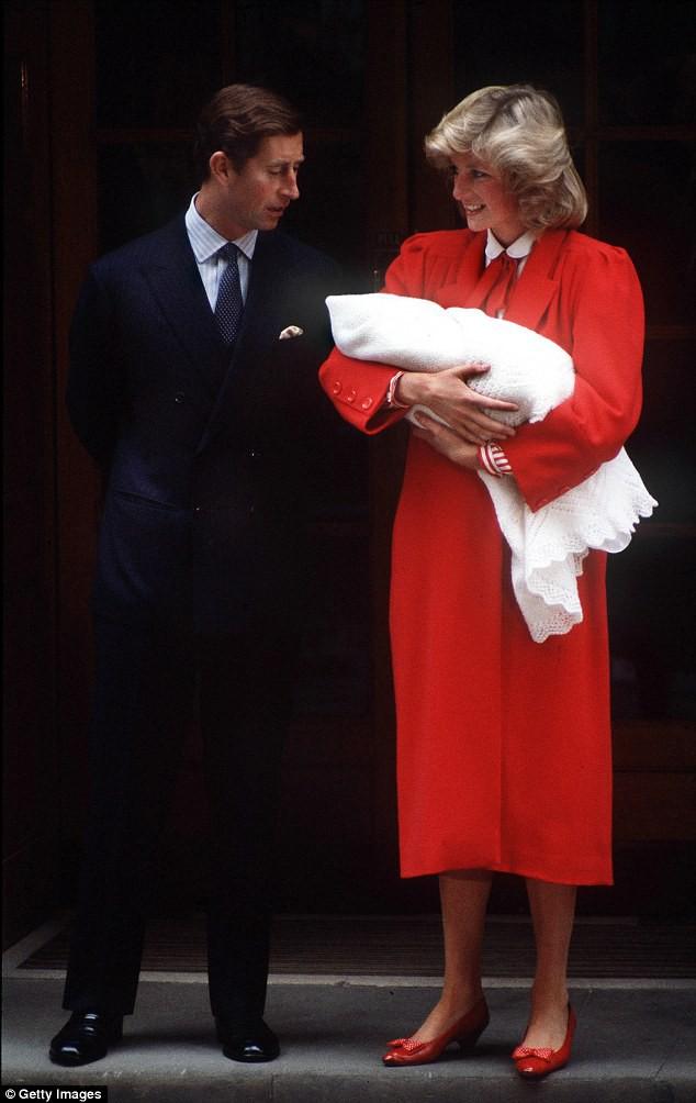Công nương Kate xuất hiện thon gọn bất ngờ chỉ sau một ngày khi hạ sinh tiểu Hoàng tử thứ 3 - Ảnh 5.