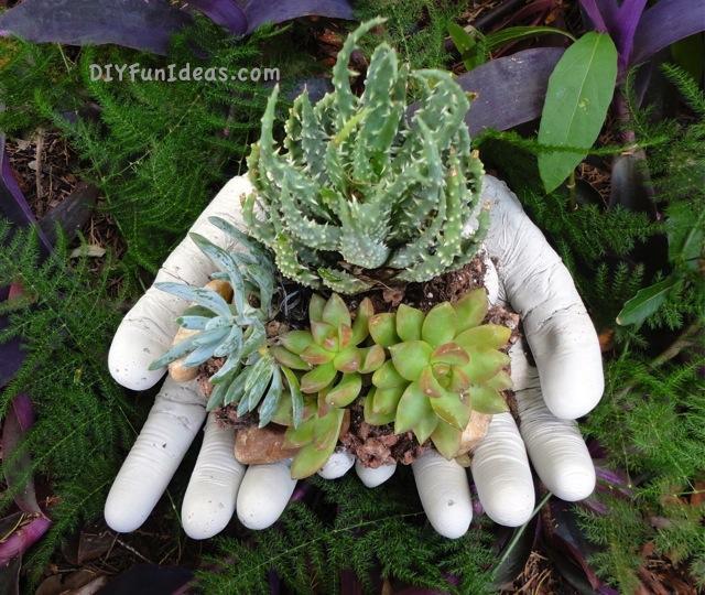 Muốn trang trí cho khu vườn thêm xinh xắn, cứ đổ xi măng vào găng tay cao su như thế này, 2 ngày sau bạn sẽ nhận được điều bất ngờ - Ảnh 8.