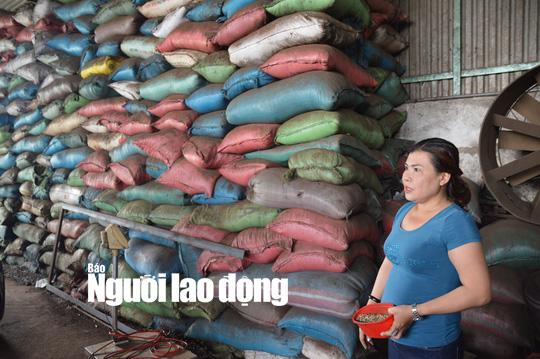 Thu giữ 3 tấn tạp chất cà phê nhuộm than pin tại Bình Phước - Ảnh 2.