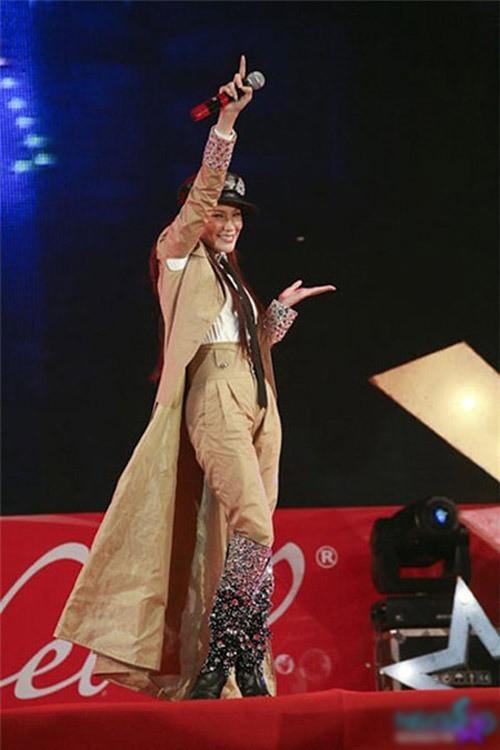 Những sự cố trang phục ngay trên sân khấu khiến các ca sĩ ngượng chín mặt - Ảnh 12.