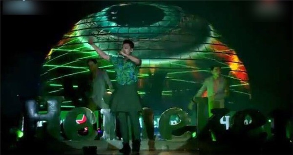 Những sự cố trang phục ngay trên sân khấu khiến các ca sĩ ngượng chín mặt - Ảnh 7.