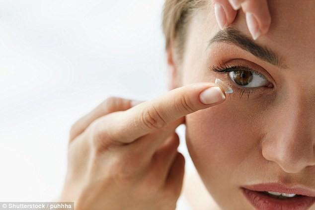 Bác sĩ mắt chia sẻ 4 điều bạn tuyệt đối không bao giờ được làm với kính áp tròng - Ảnh 4.