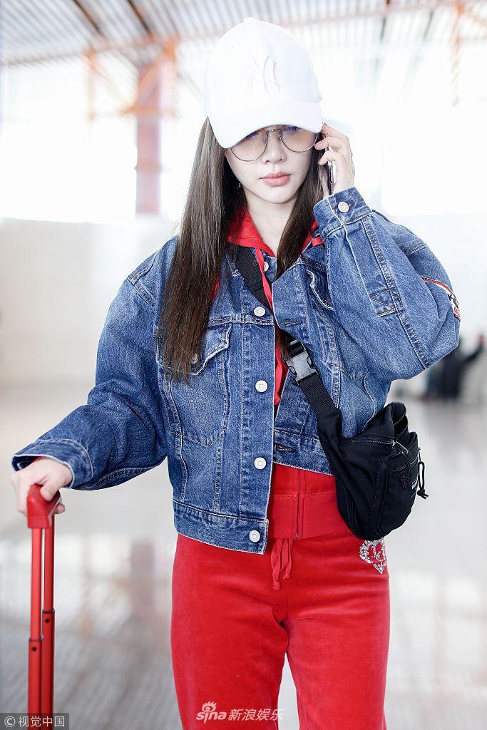 Lý Tiểu Lộ xuất hiện ở sân bay từ chối nói về tin đồn ly hôn với Giả Nãi Lượng