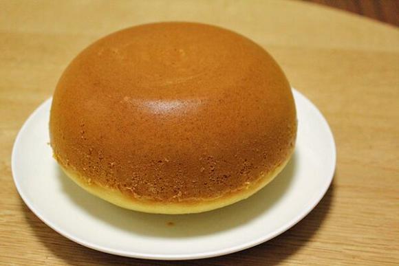 Làm bánh chẳng cần lò nướng, chẳng cần máy đánh trứng, cứ trộn bột và trứng trong nồi này là xong - Ảnh 1.