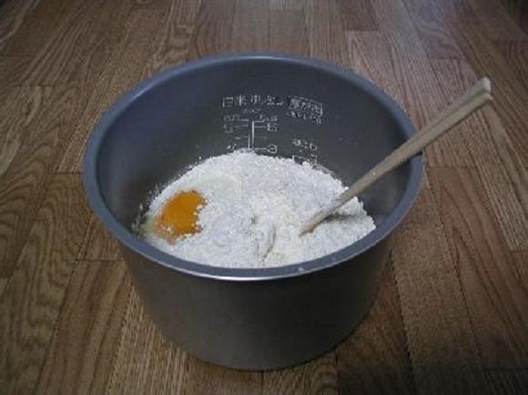 Làm bánh chẳng cần lò nướng, chẳng cần máy đánh trứng, cứ trộn bột và trứng trong nồi này là xong - Ảnh 2.