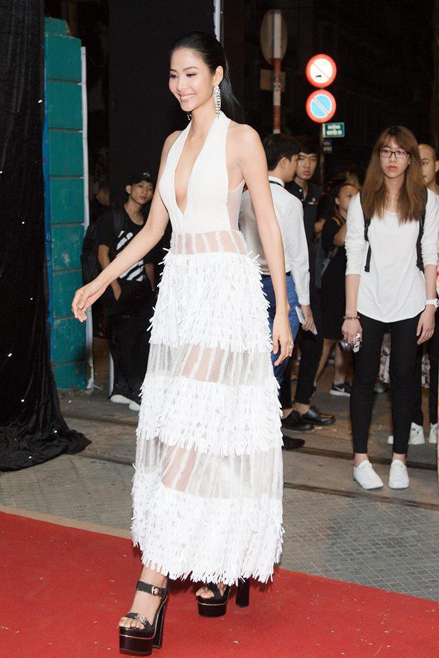 Giống từ đầu, khác mỗi chân mà Sam hơn hẳn Á hậu Hoàng Thuỳ khi cùng diện một thiết kế váy  - Ảnh 8.