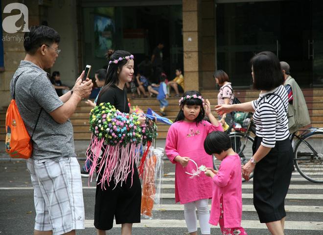 Hà Nội: Thời tiết đẹp, cha mẹ cùng trẻ nhỏ ùn ùn kéo đến