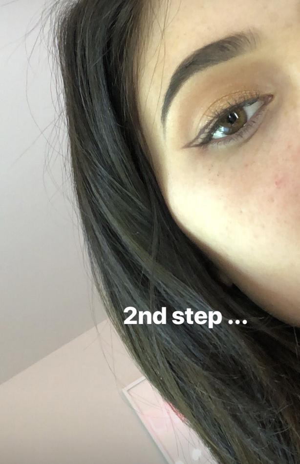 Muốn kẻ mắt thật nhẹ nhàng mà không bị dữ, bạn hãy học tuyệt chiêu kẻ mắt không cần eyeliner của Kylie Jenner - Ảnh 4.
