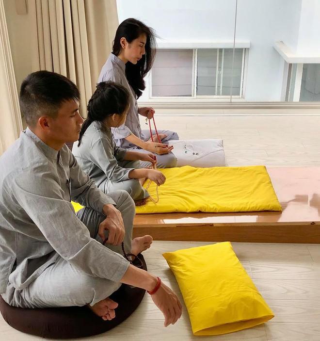 Thủy Tiên khâu áo, bấm móng tay cho Công Vinh trong căn biệt thự triệu đô - Ảnh 11.