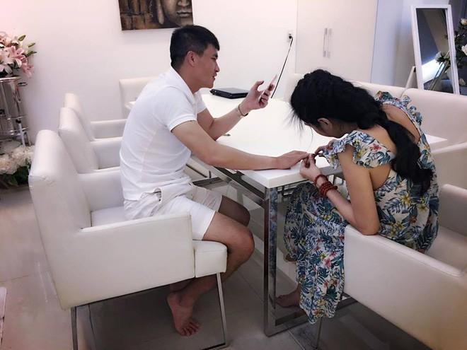Thủy Tiên khâu áo, bấm móng tay cho Công Vinh trong căn biệt thự triệu đô - Ảnh 4.